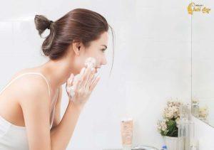 Làm sạch với sữa rửa mặt - Các bước chăm sóc da cơ bản hàng ngày