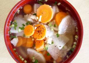 Canh củ cải và cà rốt trị mụn do nóng trong