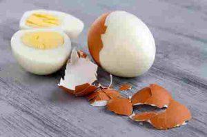 Lăn trứng gà luộc giảm mụn đầu đen
