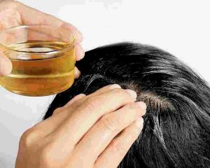 Ủ tóc bằng dầu dừa trị gàu, ngăn rụng tóc